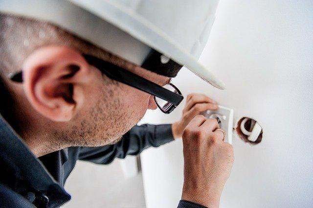 Électricien réalisant une installation électrique
