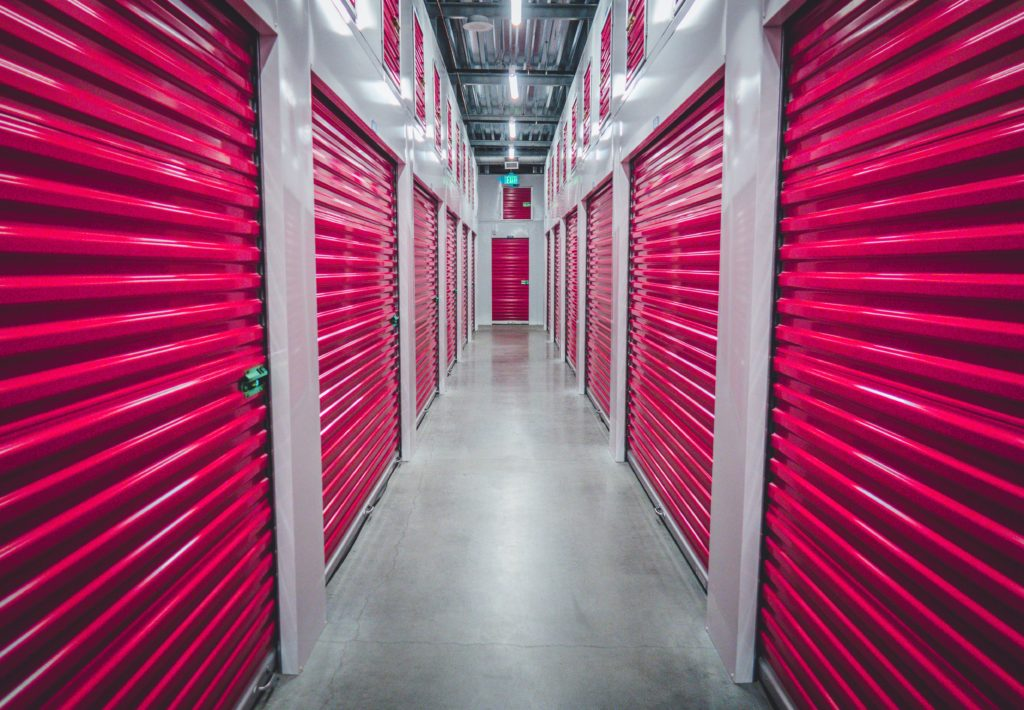 Espace de stockage personnel avec des portes rouges