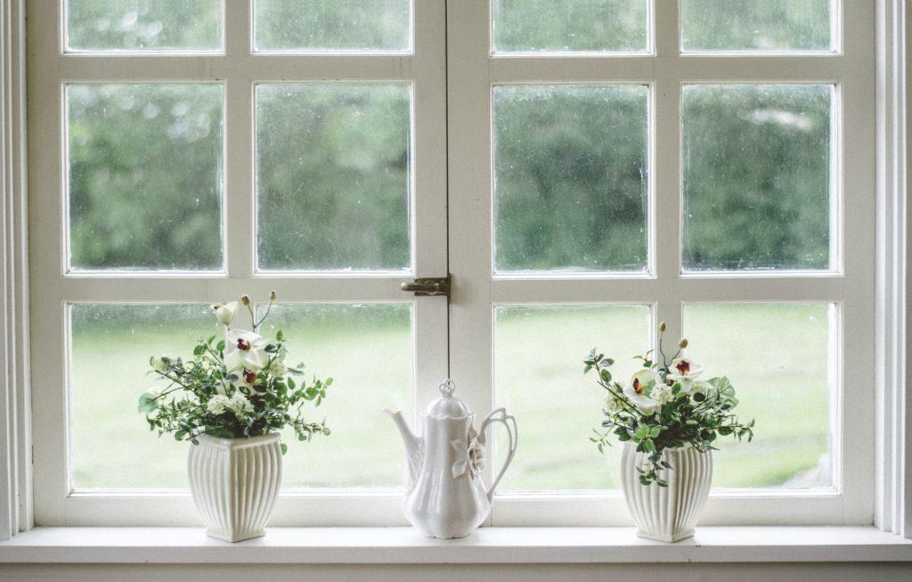châssis bois et PVC avec fleurs